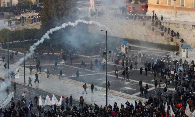 Grecia aprueba más recortes en medio de violentas protestas ante el parlamento