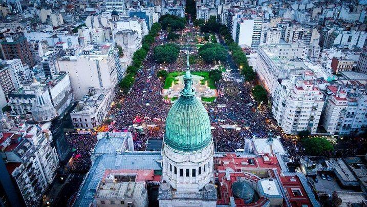8M: Multitudinaria marcha de mujeres y disidencias en Argentina
